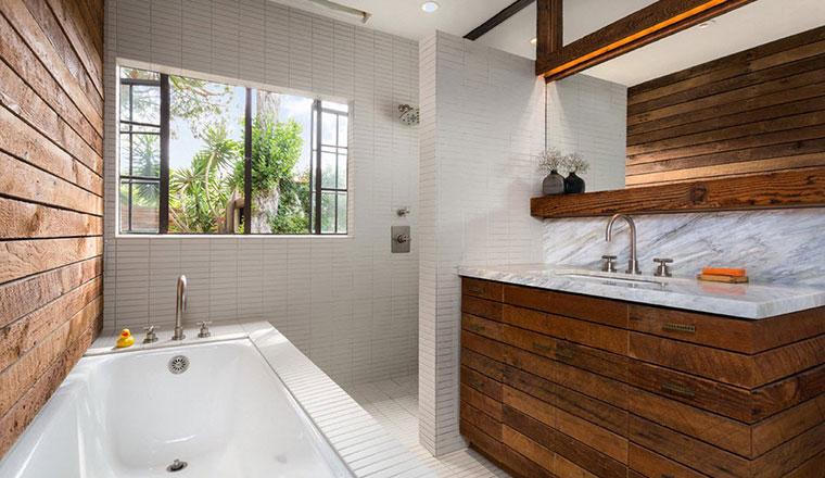 Очистка деревянной мебели в ванной